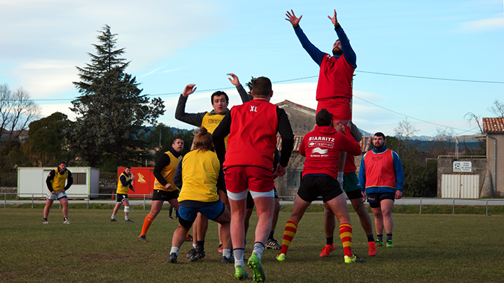 Rugby players of Aubonne lift another player to chatch the egg.